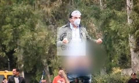Αγρότες: Διαδηλωτής τα… έδειξε στα ΜΑΤ κανονικά!