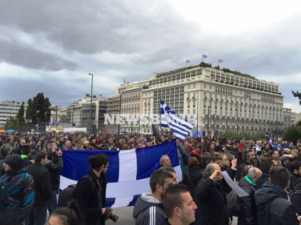 Αγρότες: Κατασκήνωσαν στην πλατεία Συντάγματος - Τρακτέρ στην Αθήνα