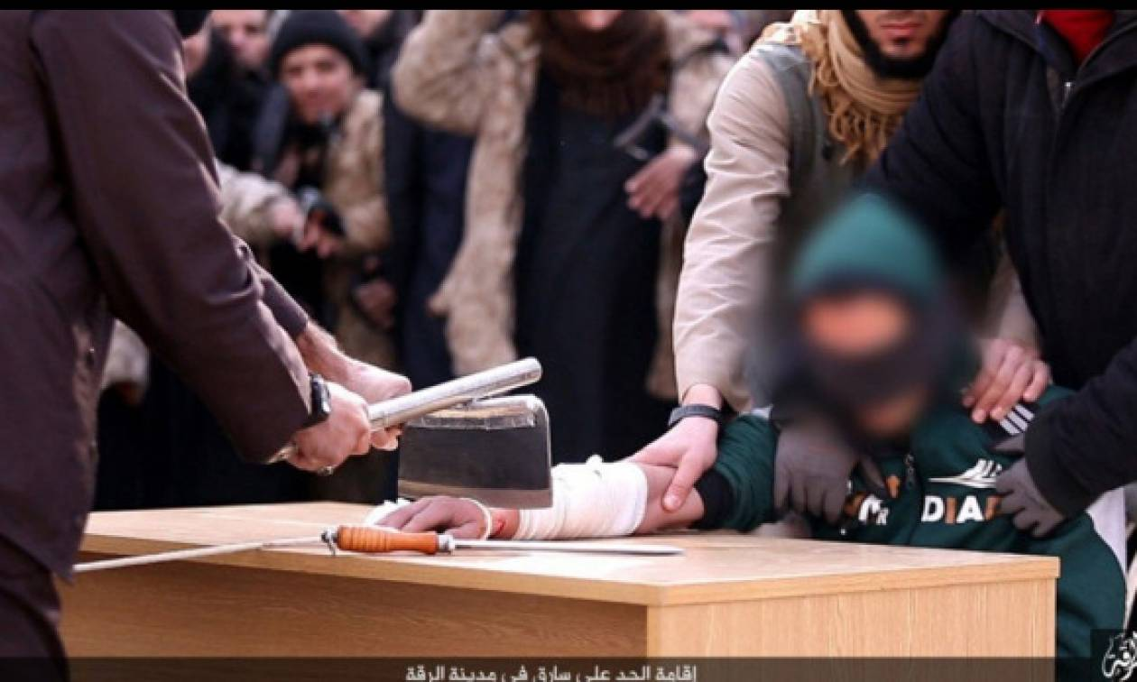 Φρικιαστικές εικόνες: Τζιχαντιστές κόβουν το δεξί χέρι ενός κλέφτη στη Ράκκα (pics)