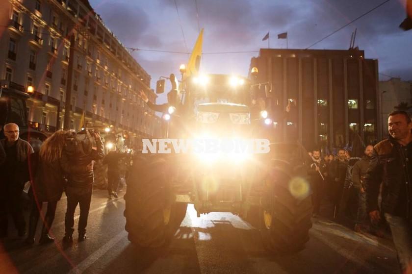 Αγρότες: Σε εξέλιξη η συγκέντρωση στην πλατεία Συντάγματος (pics&vid)