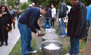 Αγρότες - Σύνταγμα: Βγήκαν και κατσαρόλες με φαγητό στην πλατεία! (video+pics)