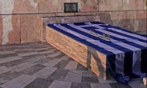 Αγρότες - Σύνταγμα: Εναπόθεσαν την ελληνική σημαία στο μνημείο του Άγνωστου Στρατιώτη (pic)