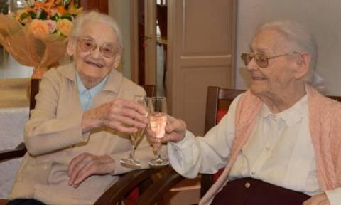 Ρεκόρ για δίδυμες αδελφές που γιόρτασαν τα... 208 χρόνια τους! (pics)