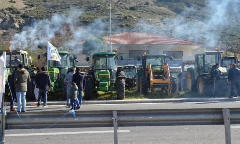 Οι αγρότες έκλεισαν την παλιά εθνική οδό στον Ισθμό
