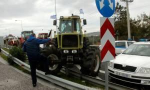 Αγρότες Αθήνα: Η σοκαριστική στιγμή που σπάνε τις μπάρες στην Αττική Οδό (vid)