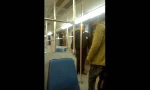 Σάλος στο YouTube: Υπάλληλος security στον ΗΣΑΠ προσπαθεί να βγάλει Αφρικανό από το βαγόνι! (vid)