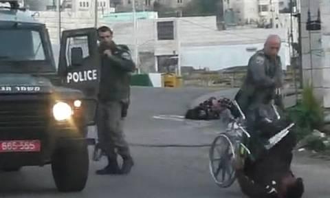 Βίντεο σοκ: Ισραηλινός αστυνομικός ρίχνει Παλαιστίνιο από αναπηρικό καροτσάκι