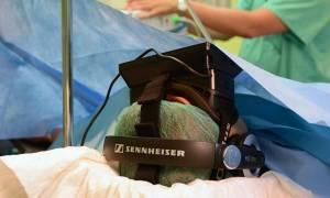 Γαλλία: Καρκινοπαθής χειρουργήθηκε στον εγκέφαλο φορώντας γυαλιά εικονικής πραγματικότητας (video)