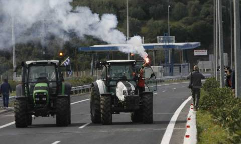 Αγρότες: Ανοιχτός ο κόμβος του Μπράλου - Οδηγοί φορτηγών έσπασαν το μπλόκο