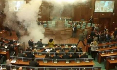 Κόσοβο: Ρίψη δακρυγόνου μέσα στην αίθουσα, στην πρώτη συνεδρίαση της Βουλης