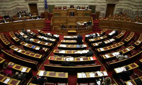 Στην ολομέλεια της Βουλής απόψε το «παράλληλο πρόγραμμα» της κυβέρνησης