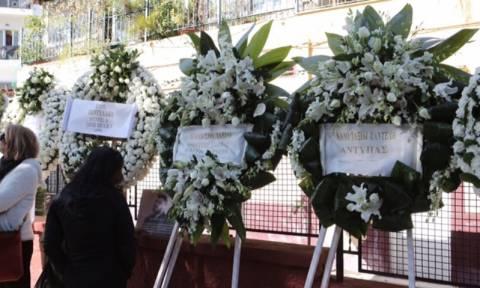 Κηδεία Παντελίδη: Τα στεφάνια των συναδέλφων του τον συνοδεύουν στην τελευταία του κατοικία (photos)