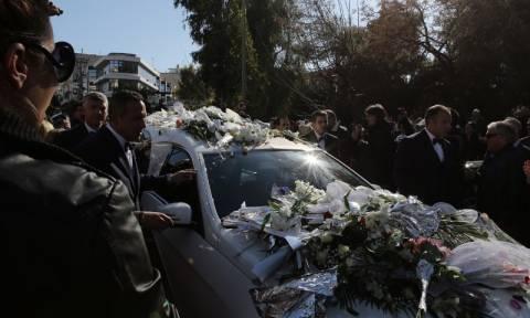 Κηδεία Παντελίδη: Ξεκίνησε η πομπή για το νεκροταφείο - Συγκλονιστικές φωτογραφίες