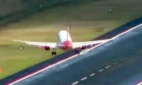 Τρομακτικές εικόνες: Άνεμοι παρασύρουν αεροπλάνα που προσπαθούν να προσγειωθούν (vid)