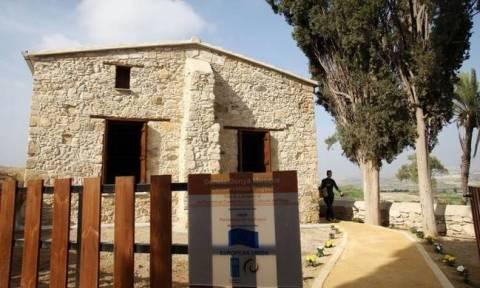 Η κυπριακή κυβέρνηση καταδικάζει τον εμπρησμό τεμένους στο χωριό Δένεια