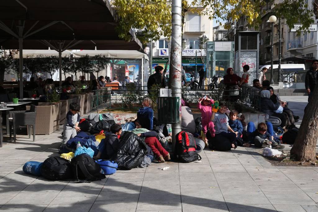«Πλημμύρισε» από πρόσφυγες και μετανάστες η πλατεία Βικτωρίας (pics)