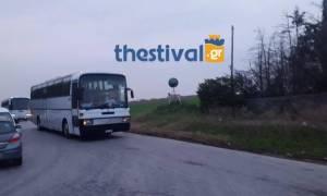 Στα Διαβατά έφτασαν τα πρώτα λεωφορεία με πρόσφυγες