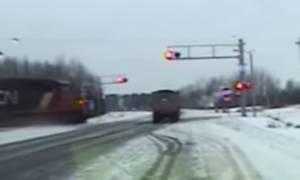 Βίντεο σοκ: Τρένο παρασύρει φορτηγό