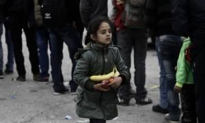 Συγκλονιστικές φωτογραφίες με προσφυγόπουλα στο λιμάνι του Πειραιά (photos)