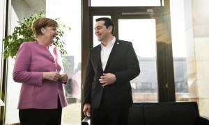 Τσίπρας προς Μέρκελ: Να ξεκινήσει άμεσα η αποστολή του ΝΑΤΟ στο Αιγαίο
