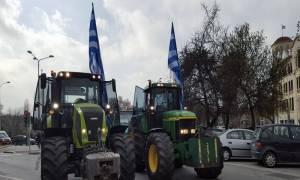 Μπλόκα αγροτών: «Πολιορκούν» με τρακτέρ τη Θεσσαλονίκη (photos+vid)