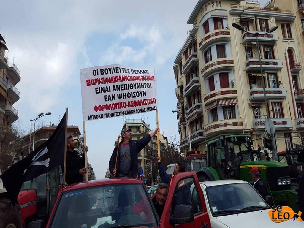 ΕΚΤΑΚΤΟ - Οι αγρότες τραβούν με αλυσίδα την καγκελόπορτα του Υπουργείου Μακεδονίας - Θράκης
