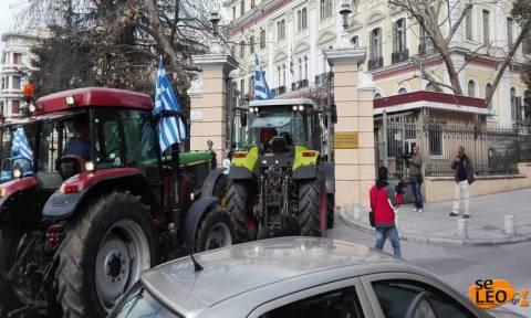 Αγρότες τράβηξαν με αλυσίδα την καγκελόπορτα του υπουργείου Μακεδονίας - Θράκης (photos + vid)
