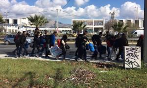Το απόλυτο χάος: Πρόσφυγες φεύγουν από το Ελληνικό και πάνε με τα πόδια Ειδομένη