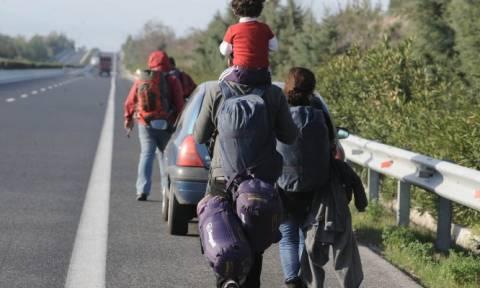 Καραβάνια προσφύγων στις Εθνικές Οδούς: Φεύγουν από τα κέντρα και κατευθύνονται πεζή στην Ειδομένη