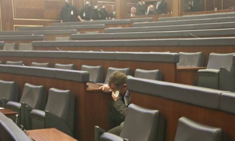 Νέος γύρος δακρυγόνων μέσα στη Βουλή του Κοσόβου από την αντιπολίτευση