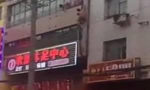 Γυμνός εραστής το σκάει από το παράθυρο και πέφτει από τον τρίτο όροφο! (video)