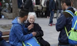 Αποκλειστικό: 'Η συγκλονιστική ιστορίας μιας γιαγιάς στην Αθήνα που φιλοξενεί πρόσφυγες...