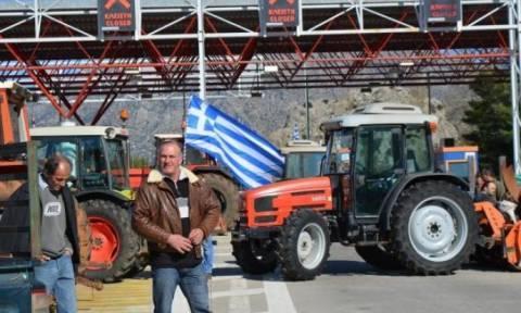Μπλόκα αγροτών: Παραμένουν οι αγρότες στο τελωνείο της Εξοχής