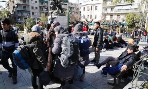 Observer: Εθελοντές στην Ελλάδα βοηθούν πρόσφυγες κι άλλοι ρίχνουν χλωρίνη στο ψωμί…