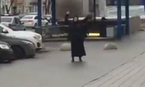 Θρίλερ στη Μόσχα: Μαυροντυμένη γυναίκα περιφερόταν κρατώντας κομμένο κεφάλι παιδιού (vids)