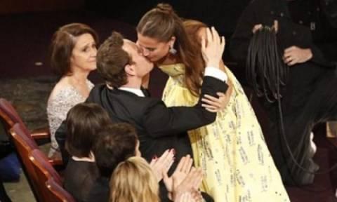 Όσκαρ 2016: Το διάσημο ζευγάρι επιβεβαιώνει το δεσμό του με ένα φιλί