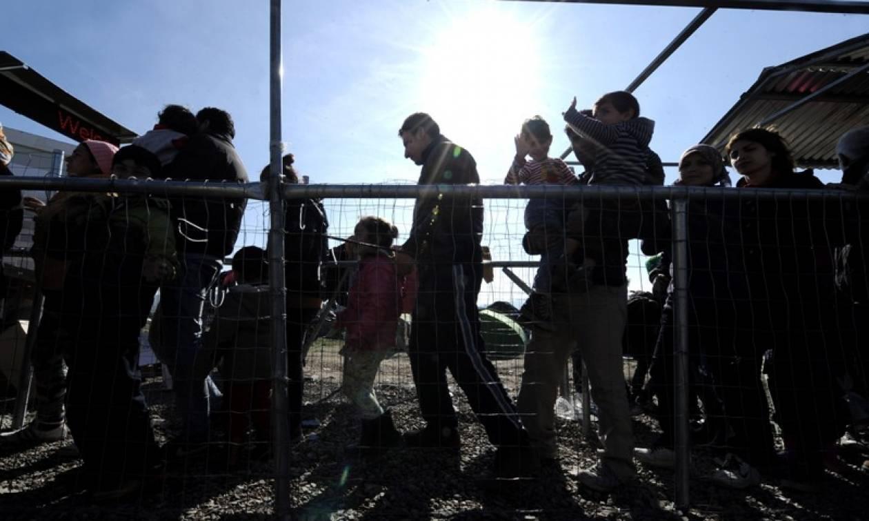 Έτσι φορτίζουν τα κινητά τους οι πρόσφυγες – Η φωτογραφία που κάνει το γύρο του διαδικτύου