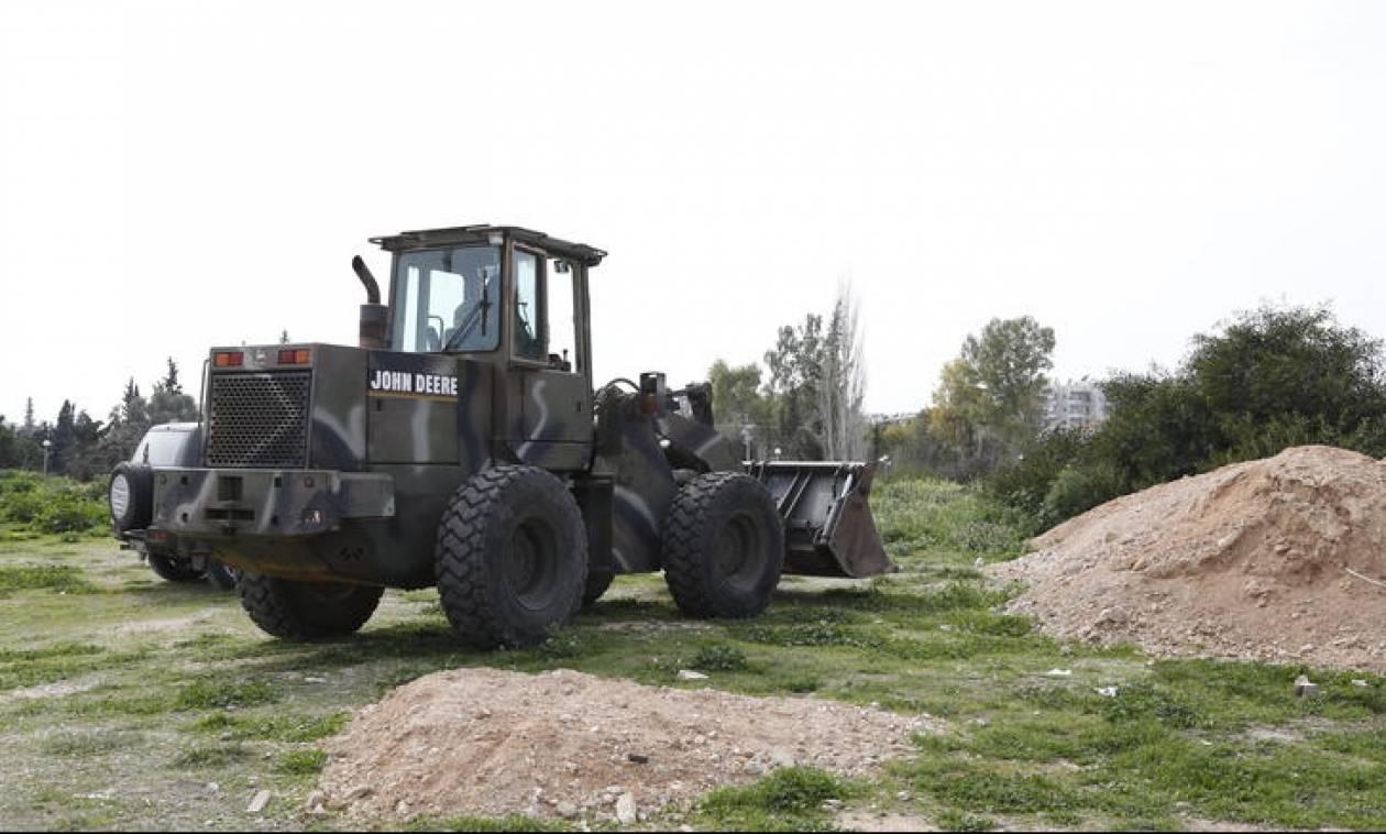 Συνεργεία του στρατού διαμορφώνουν κέντρο φιλοξενίας στο πάρκο «Αντώνης Τρίτσης»
