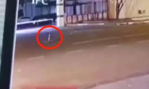 Τοσοδούλης εξωγήινος περπατά στον αέρα και προκαλεί πανικό! (video)