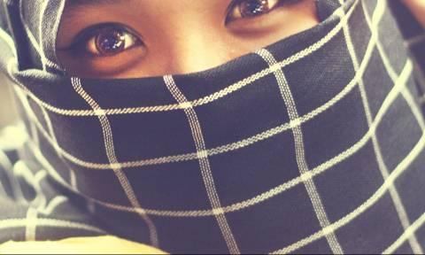 Σάλος στη Βρετανία: Κοριτσάκια εξαναγκάζονται να παντρευτούν μέσω… Skype!