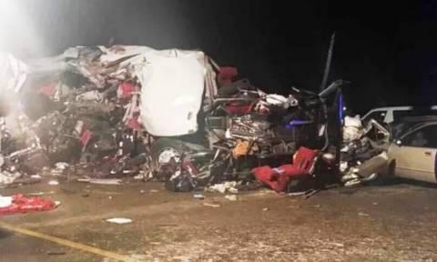 Σύγκρουση λεωφορείου με φορτηγό – Τουλάχιστον 18 νεκροί