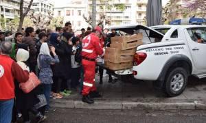 Ελληνικός Ερυθρός Σταυρός: Διανομή φαγητού σε πρόσφυγες στην πλατεία Βικτωρίας
