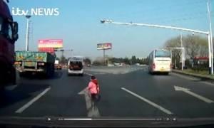 Το βίντεο που θα σας κόψει την ανάσα! Νήπιο πέφτει από κινούμενο φορτηγό σε πολυσύχναστη λεωφόρο