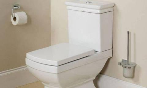 Τρόμος στο μπάνιο: Το βίντεο που θα σας κάνει να κλείνετε πάντα το καπάκι της τουαλέτας