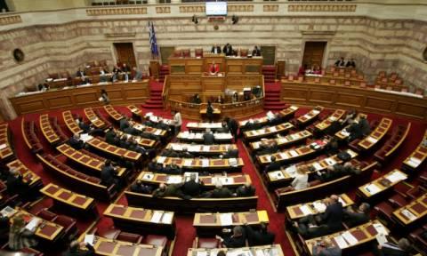 Χαμός στη Βουλή για τις μεθοδεύσεις της κυβέρνησης να κρύψει το κόστος 33 διοικητικών γραμματέων