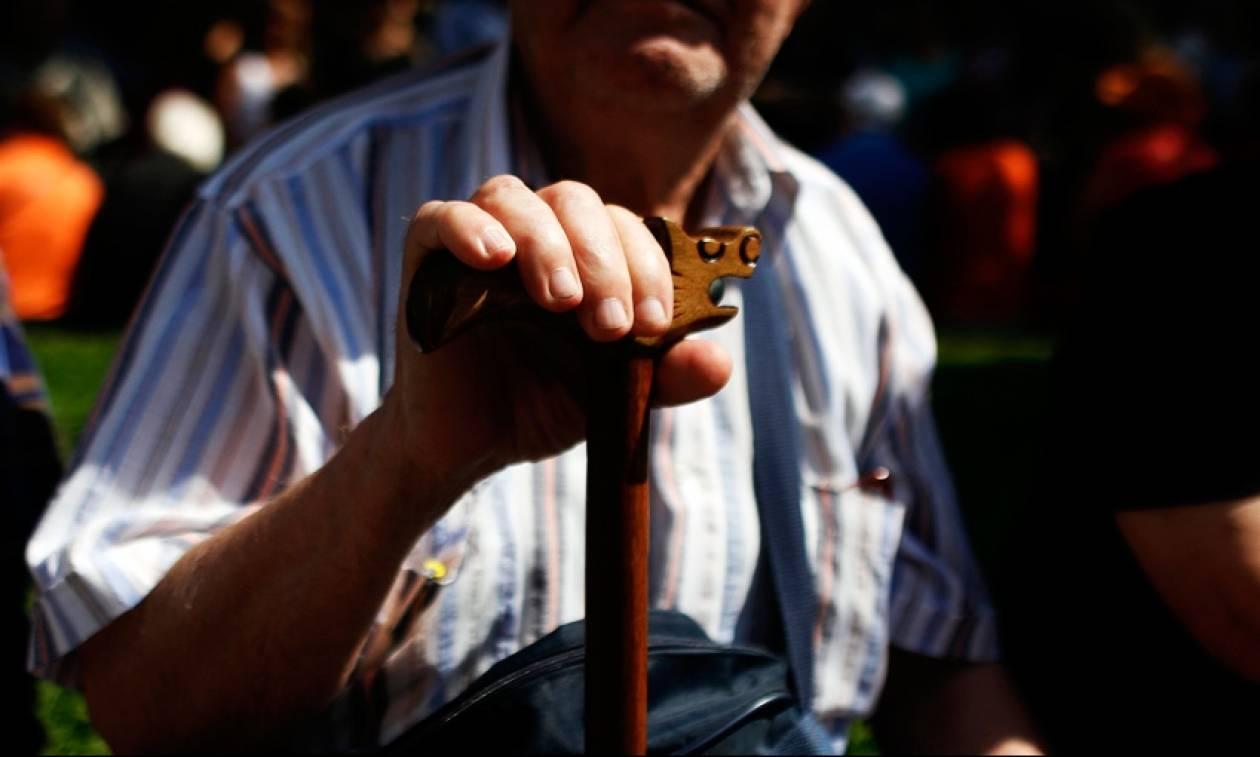 Μοιράζουν «ψίχουλα» στους συνταξιούχους του ΟΑΕΕ - Στον «Καιάδα» οι ασφαλισμένοι