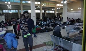 «Βουλιάζει» ο Πειραιάς από 3.350 πρόσφυγες και μετανάστες