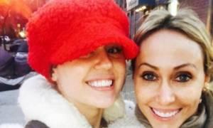 H Miley Cyrus πήγε για ψώνια με τη μητέρα της (αλλά ξέχασε το σουτιέν της)