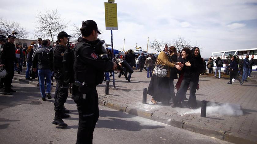 Κωνσταντινούπολη: Η αστυνομία άνοιξε πυρ κατά συγκέντρωσης για την Ημέρα της Γυναίκας (pic)