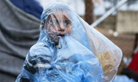 Ειδομένη: Στο έλεος της καταρρακτώδους βροχής χιλιάδες πρόσφυγες